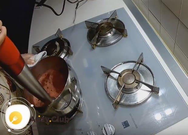 Перебиваем соус блендером до однородной консистенции.