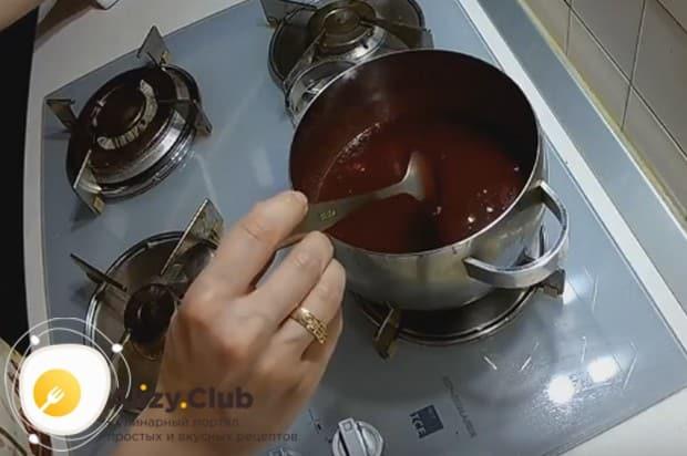 После добавления мускатного ореха еще раз доводим массу до кипения и даем ей немного загустеть.