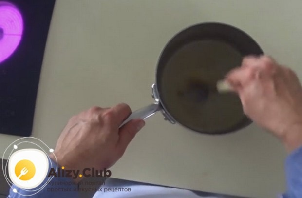 Добавляем в теплый бульон желатин и перемешиваем до однородности.