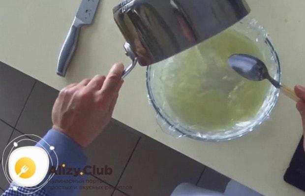 Выливаем бульон в форму, застеленную пищевой пленкой, и отправляем в холодильник.