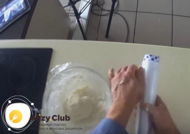 На полчаса оставляем тесто отдохнуть, затянув его пищевой пленкой.