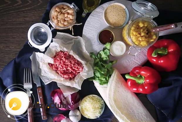 Нарезать тонкой соломкой 2 болгарских перца
