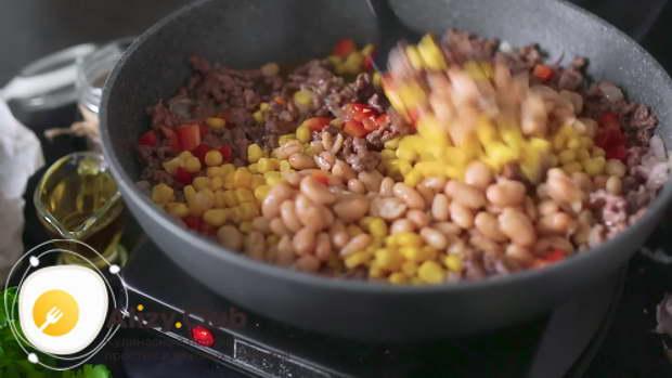 Когда фарш станет светлым, добавить к нему перец, 230 г кукурузы и 250 г фасоли