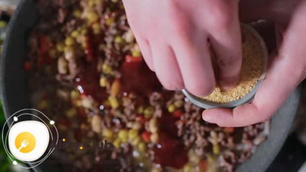 Посолить и поперчить по вкусу, добавить 100 г соуса барбекю и щепотку сушеного чеснока