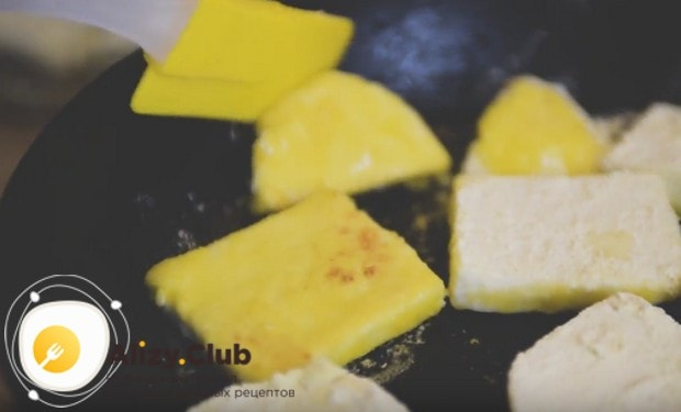 На сливочном масле обжариваем кусочки сыра.