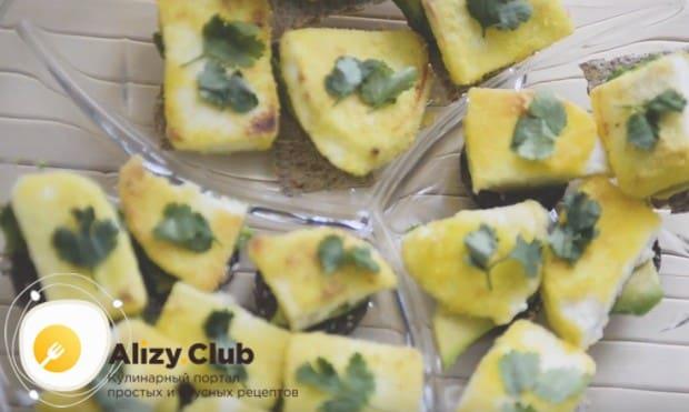 Если не хотите обжаривать сыр, можно приготовить не менее вкусные бутерброды с авокадо и творожным сыром.