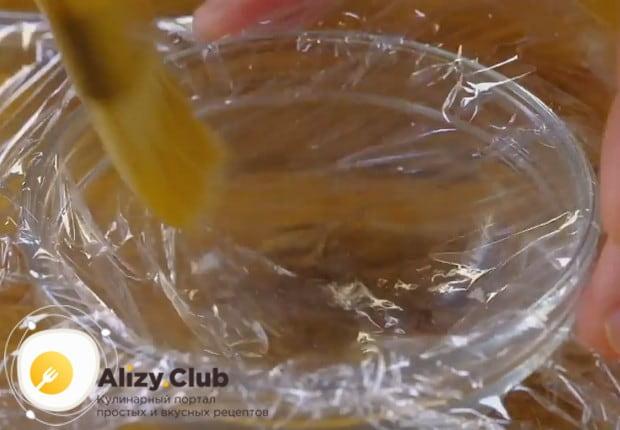Для яйца пашот застилаем маленькую пиалу пищевой пленкой, которую надо смазать растительным маслом.