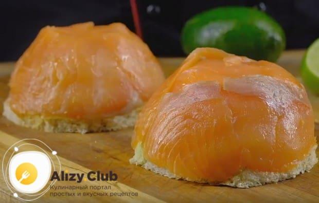 Такие же бутерброды можно приготовить с авокадо и семгой.
