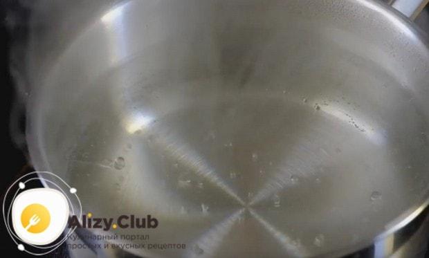 Будем готовить бутерброд с авокадо и яйцом пашот, поэтому доводим в кастрюльке воду до кипения.
