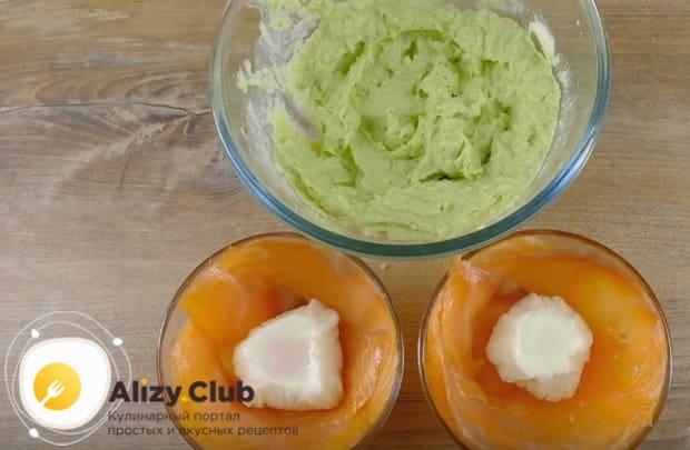 Формируем наши бутерброды с авокадо и рыбой, выкладываем в застеленные слайсами рыбы яйца пашот.