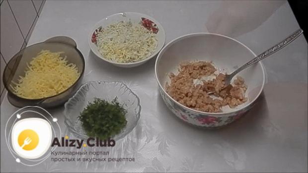 Для приготовления бутербродов с печенью трески и огурцом, подготовьте ингредиенты