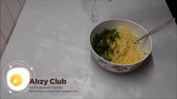 Для приготовления бутербродов с печенью трески и огурцом, натрите сыр