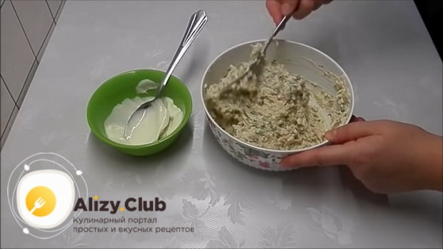 Для приготовления бутербродов с печенью трески и огурцом, добавьте майонез
