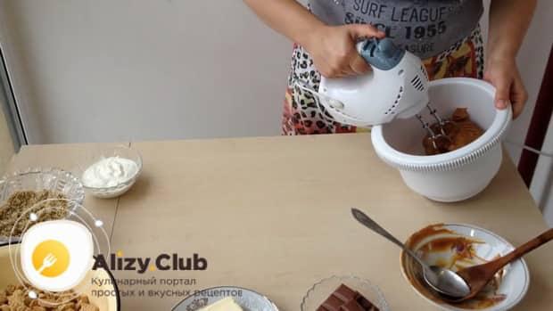 Для приготовления торта муравейник по простому рецепту со сгущенкой добавьте орехи