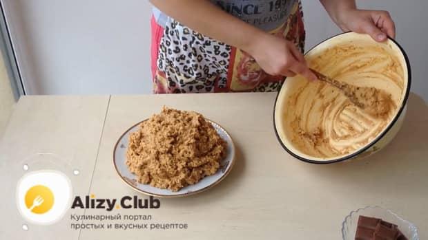Для приготовления торта муравейник по простому рецепту со сгущенкой выложите тесто на тарелку