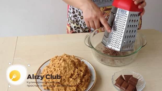Для приготовления торта муравейник по простому рецепту со сгущенкой натрите шоколад