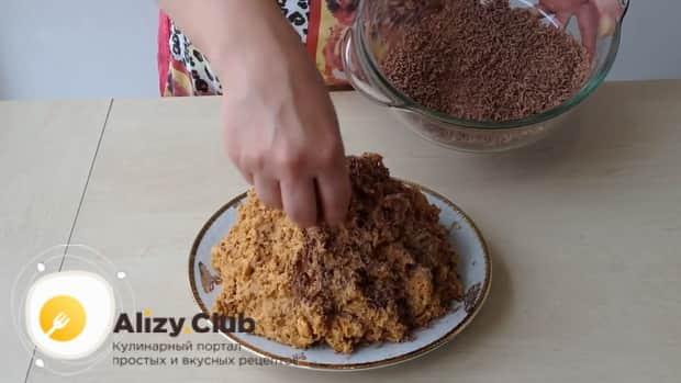Для приготовления торта муравейник по простому рецепту со сгущенкой украсьте шоколадом