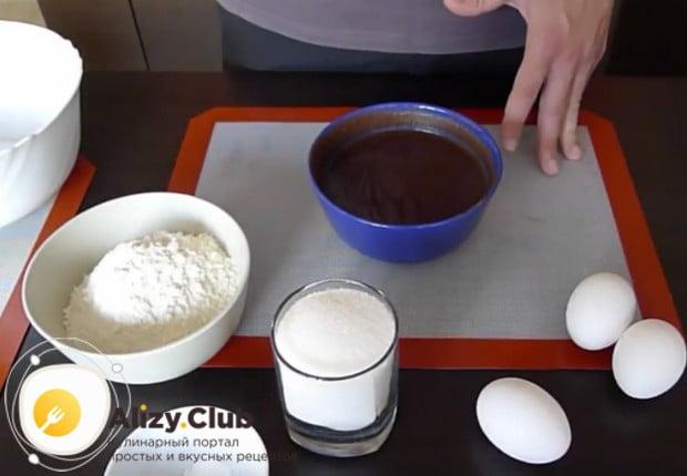 Чтобы приготовить вкуснющий черемуховый торт, важно заранее запарить черемуховую муку молоком.
