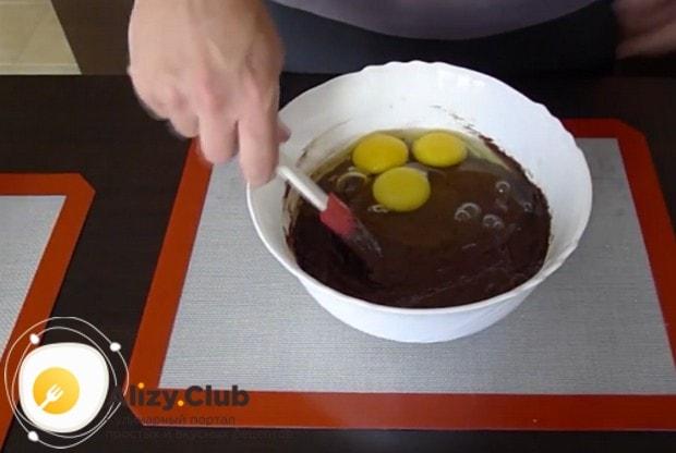 В рецепте торта из черемуховой муки используем три яйца.