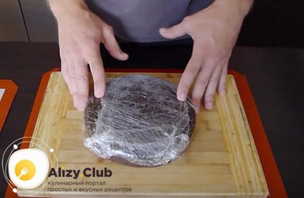 В идеале испеченные коржи надо завернуть в пищевую пленку и дать им немного отлежаться.