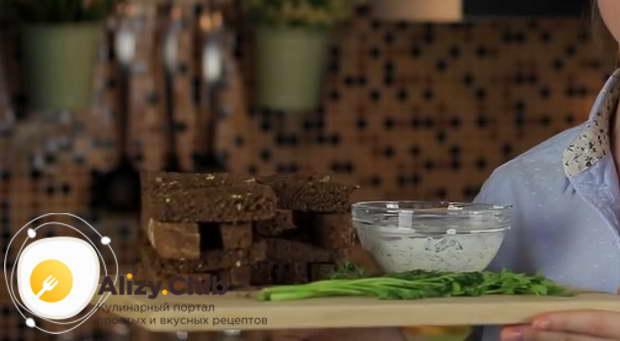 Нарезать пучок зелени петрушки, укропа и зеленого лука