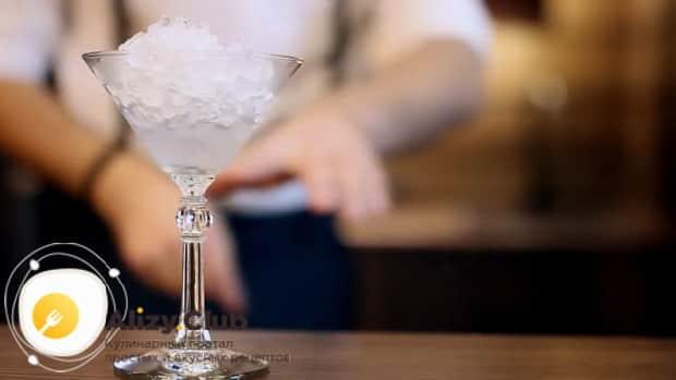 Для приготовления коктейля дайкири по классическому рецепту, подготовьте бокал