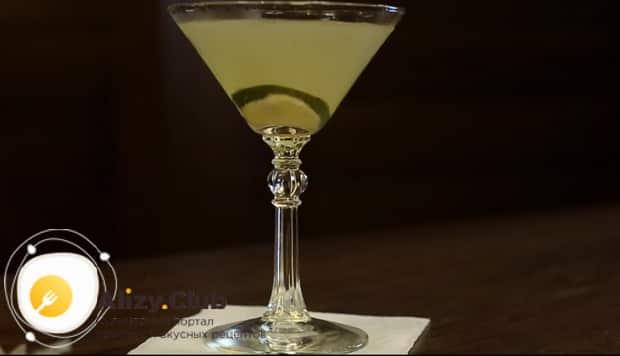 Для приготовления коктейля дайкири по классическому рецепту, добавьте лайм
