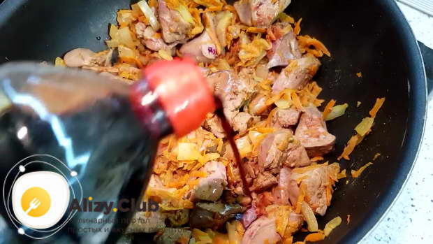 Вливаем 2 ложки соевого соуса