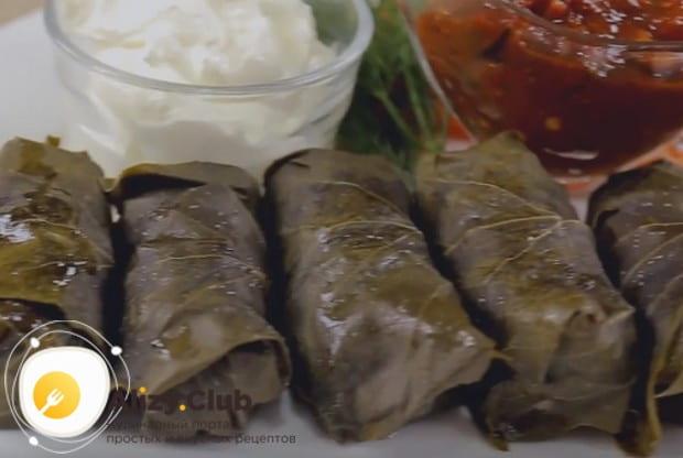 Подавайте блюдо горячим, с соусами и зеленью.