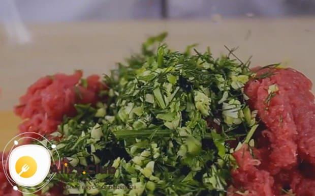 Измельченную вместе с чесноком зелень добавляем в фарш.