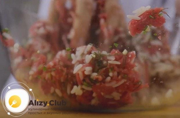 Добавляем соль, перец и хорошо перемешиваем компоненты для приготовления начинки.