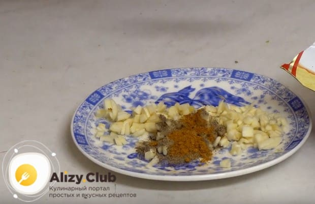 Измельченный чеснок перемешиваем с кориандром и перцем.