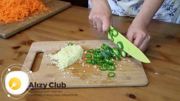 Стручок горького перца нарезаем тоненькими колечками