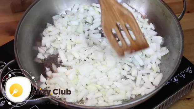 Обжариваем лук на растительном масле