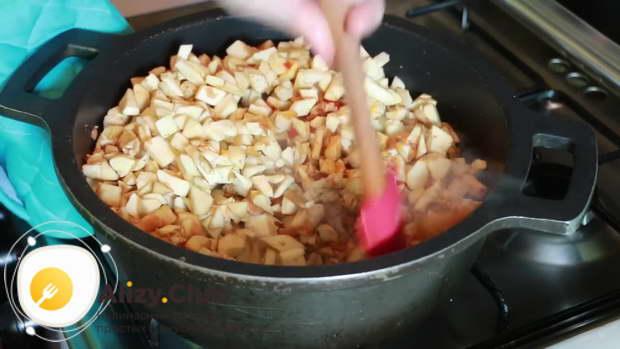 Когда сок от фарша выпарится со сковороды, добавляем нарезанные кусочками баклажаны
