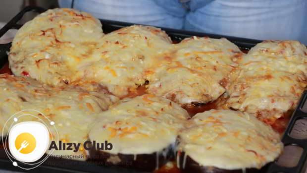 Через 15-20 минут готовое блюдо вынимаем и выкладываем на порционные тарелки