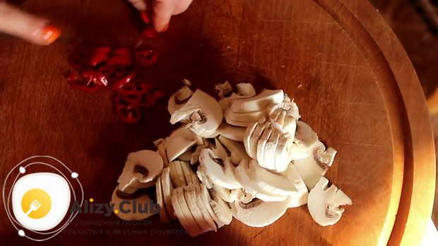 Нарезаем тонкими пластинами 150 г шампиньонов