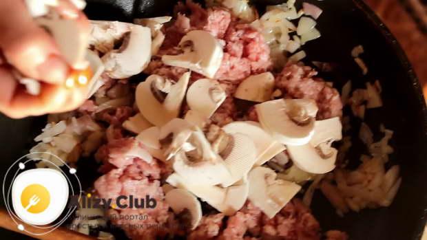 Когда лук приобретет легкий золотистый оттенок, добавляем к нему 400 г мясного фарша