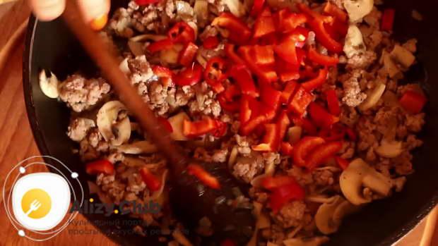 Режем кубиками среднего размера 100 г болгарского красного перца