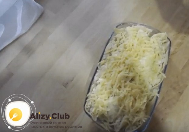 Сверху посыпаем макароны натертым на крупной терке сыром.