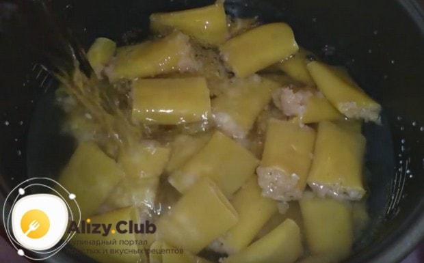 Заливаем макароны водой так, чтобы она их полностью покрыла.