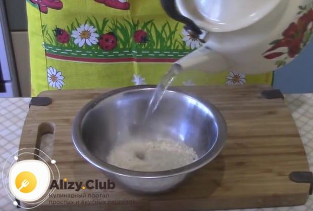 В рецепте вкусных фаршированных перцев используем сыро рис, который надо залить кипятком.