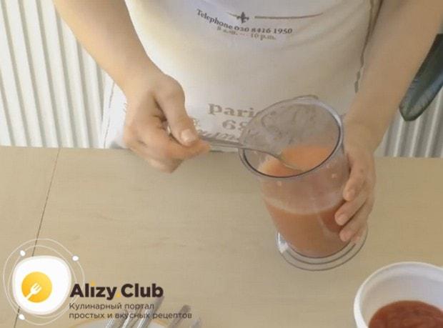 С томатов снимаем кожуру и перебиваем их блендером в пюре.