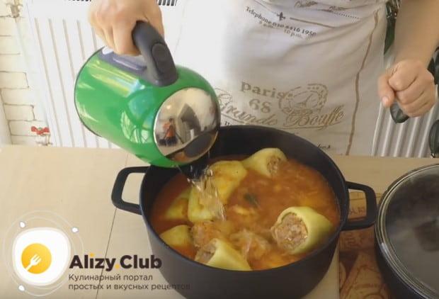 Заливаем перцы в кастрюле соусом и при надобности доливаем еще воды.