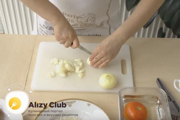 Измельчаем две луковицы крупно и еще две мелко.