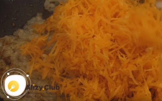 Добавляем морковь с чесноком к луку на сковороду.