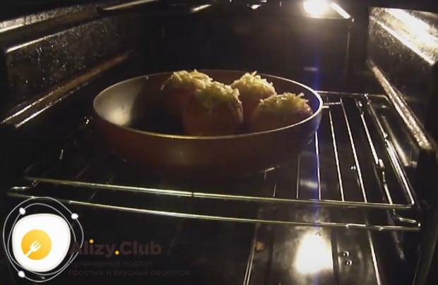 Ставим помидоры в разогретую духовку минут на 25.