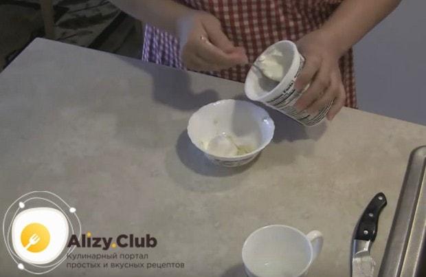 В мисочке перемешиваем сметану, кефир и добавляем к ним чеснок.