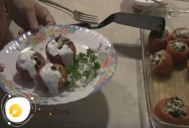 Готовые помидоры подаем с соусом.
