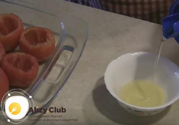 В отдельную мисочку наливаем немного растительного масла.